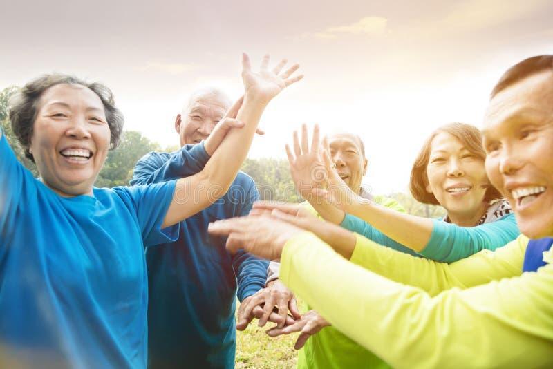Seniorów przyjaciół Grupowy ćwiczenie i mieć zabawa fotografia royalty free