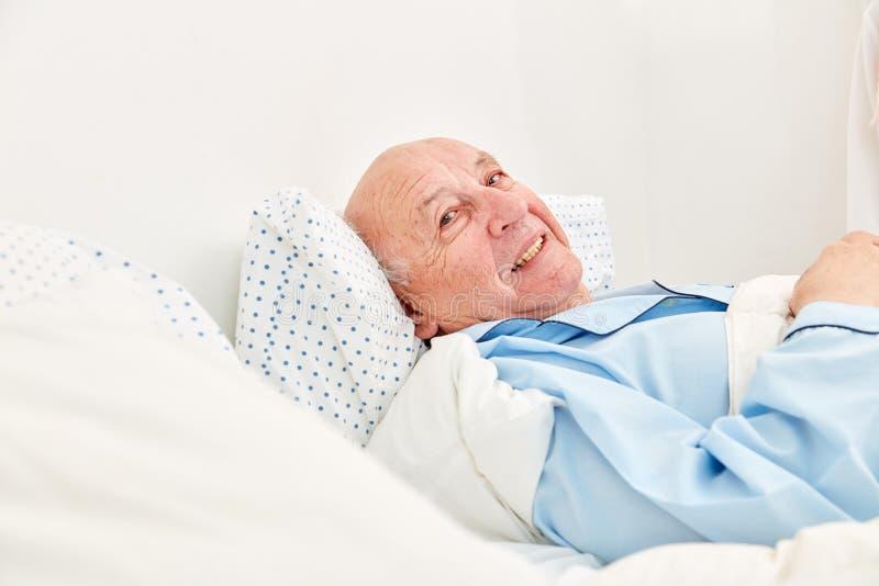 Senior è malato a letto come paziente fotografia stock libera da diritti