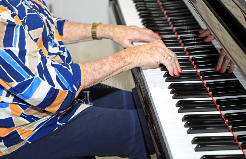 Senior bawić się pianino obrazy royalty free