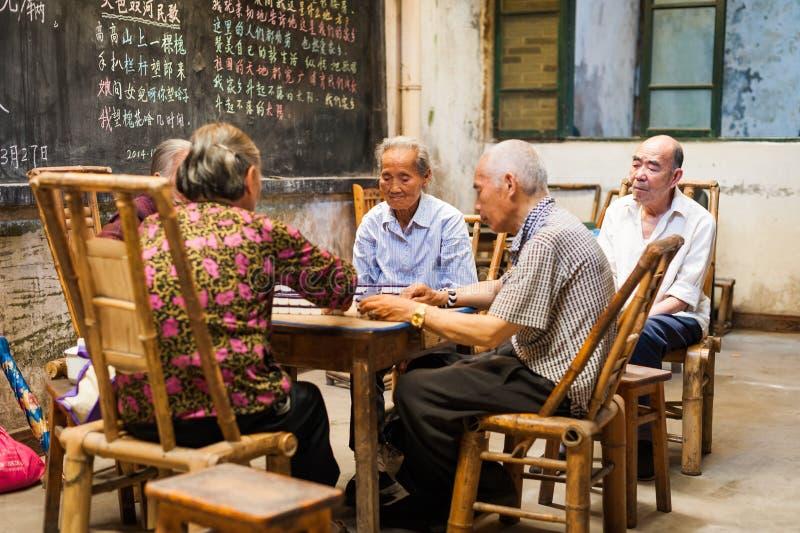 Senior chinese som spelar mahjong i ett gammalt tearom arkivbilder
