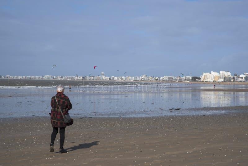 Senior chodzi na plaży obrazy stock