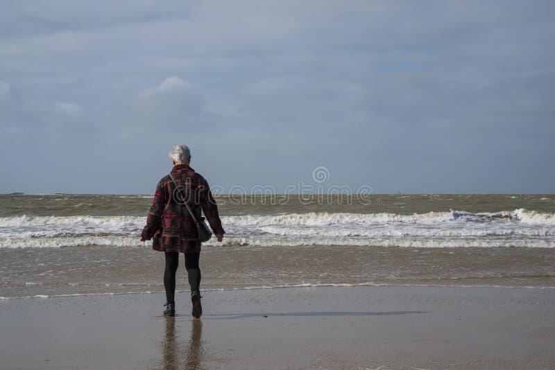 Senior chodzi na plaży obraz royalty free