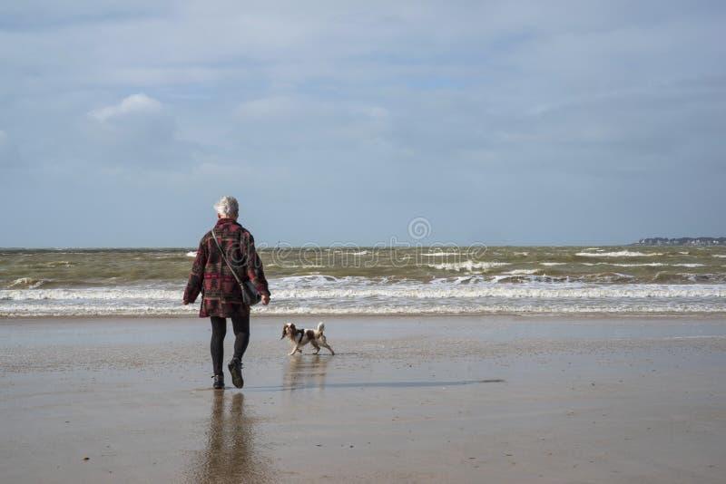 Senior chodzi na plaży zdjęcia royalty free