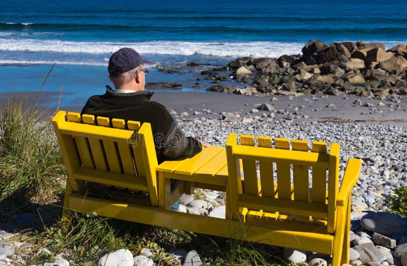 Senior cieszy się widok Atlantycki ocean od brzeg fotografia stock