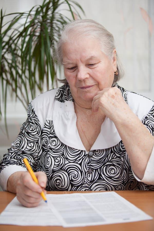 senior coś kobiety writing zdjęcie royalty free