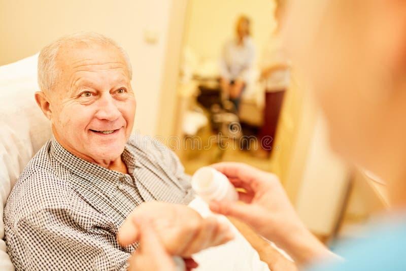 Senior con demenza ottiene il farmaco fotografia stock