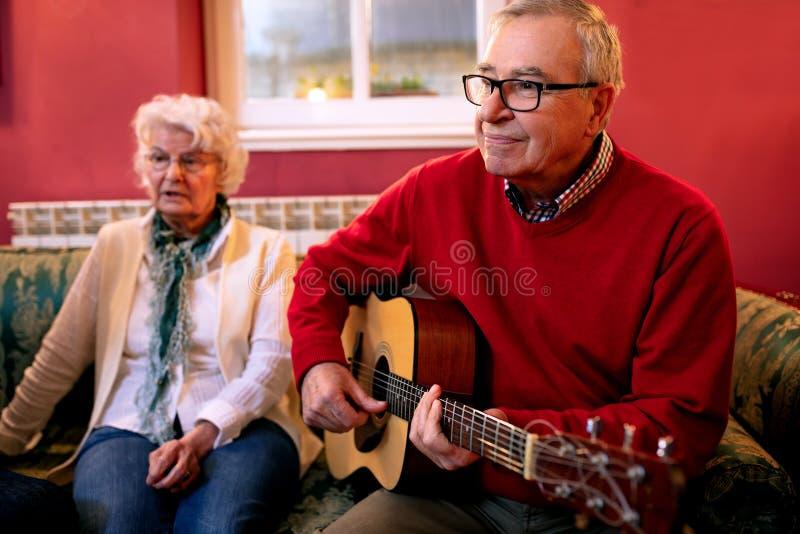Senior dobiera się cieszyć się w dobrych piosenkach ich młodość zdjęcie stock