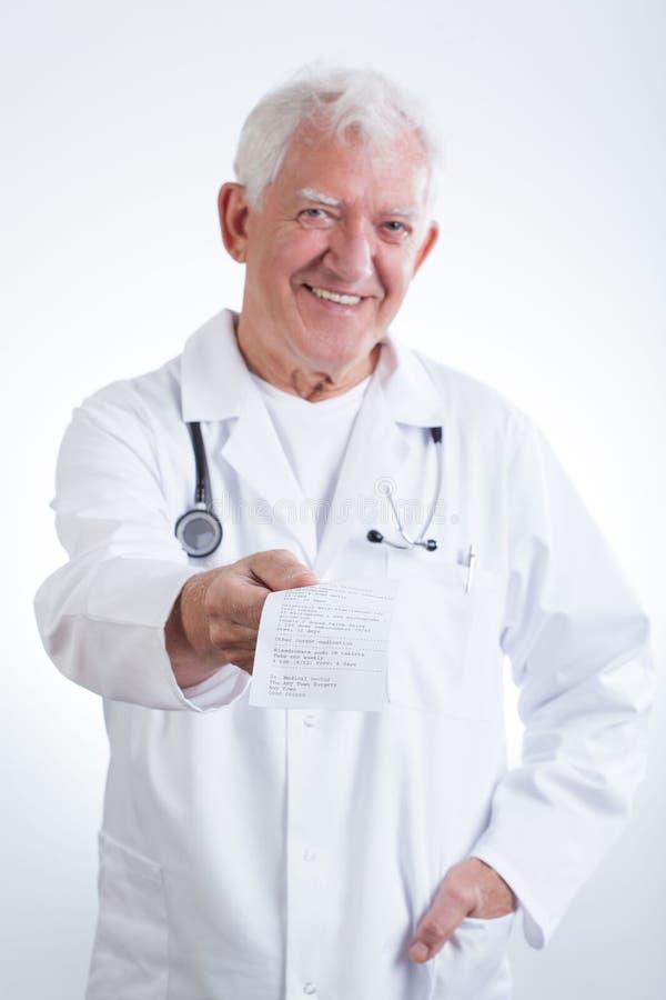 Senior doktorska daje recepta zdjęcia royalty free