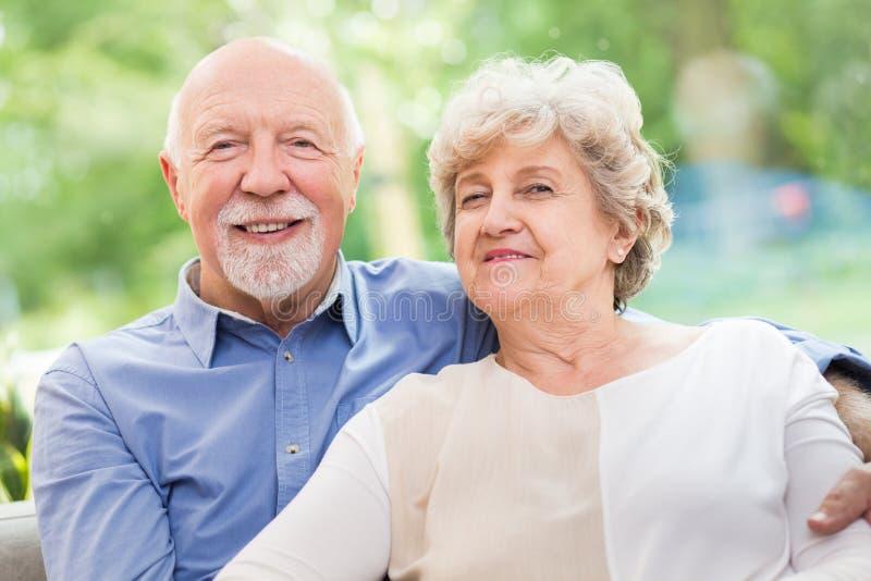 Senior echtpaar zit thuis samen stock foto