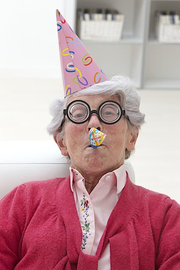 Senior in einer Partei lizenzfreies stockbild