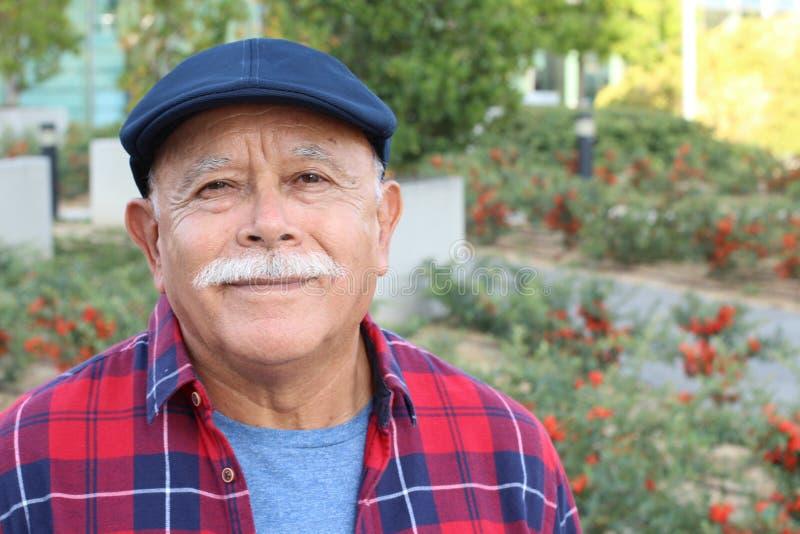 Senior Hispanic man Outdoor Headshot lizenzfreie stockfotos
