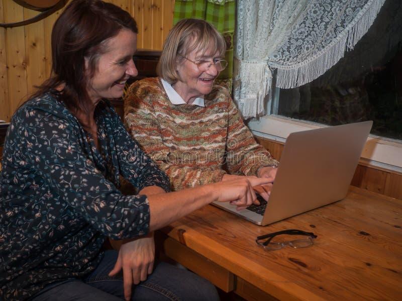 Senior i dojrzałe kobiety używa laptop zdjęcie royalty free