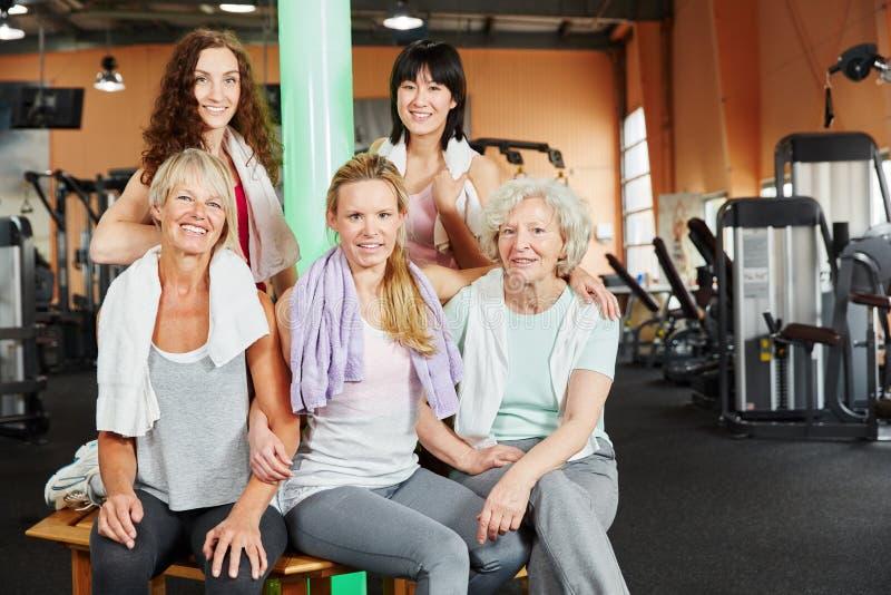 Senior i młode kobiety przy sprawności fizycznej studiiem zdjęcie royalty free