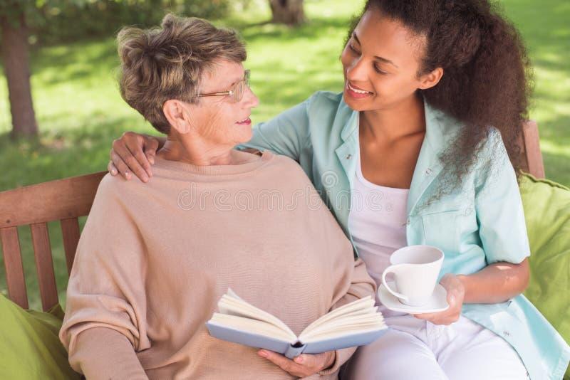 Senior i opiekun jest przyjaciółmi zdjęcia stock