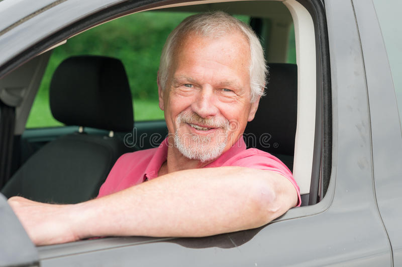 Senior im Auto stockbilder