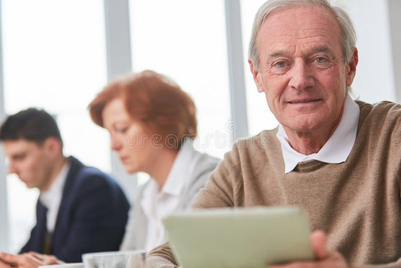 Senior jako kompetentny konsultant fotografia royalty free