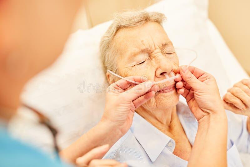 Senior jako pacjent z tlenową terapią zdjęcia stock