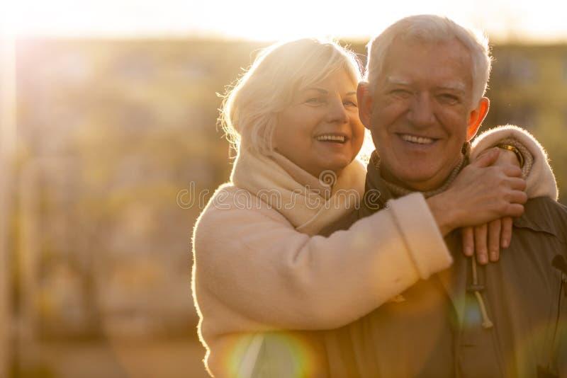Senior koppel knuffelt buiten stock fotografie