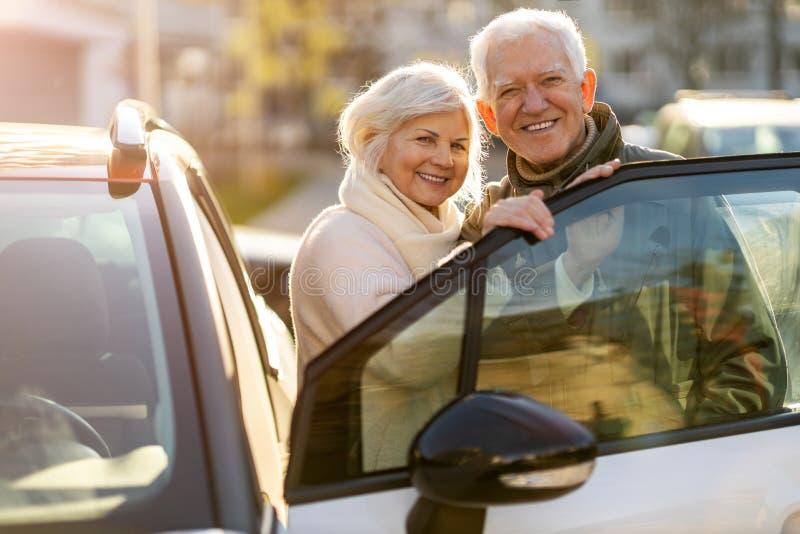 Senior koppel met hun nieuwe auto stock foto's