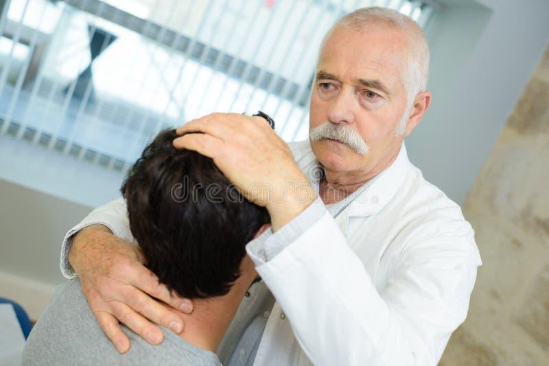 Senior lekarka robi kierowniczej manipulacji na pacjencie zdjęcie royalty free