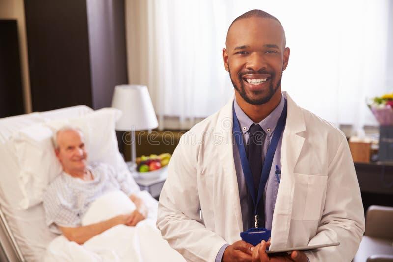 With Senior Male Patient医生画象在医院病床上 库存图片