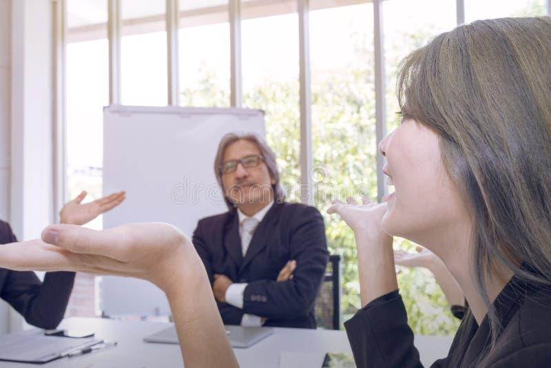 Senior manager che pensano e che incontrano lavoro di squadra di affari fotografia stock