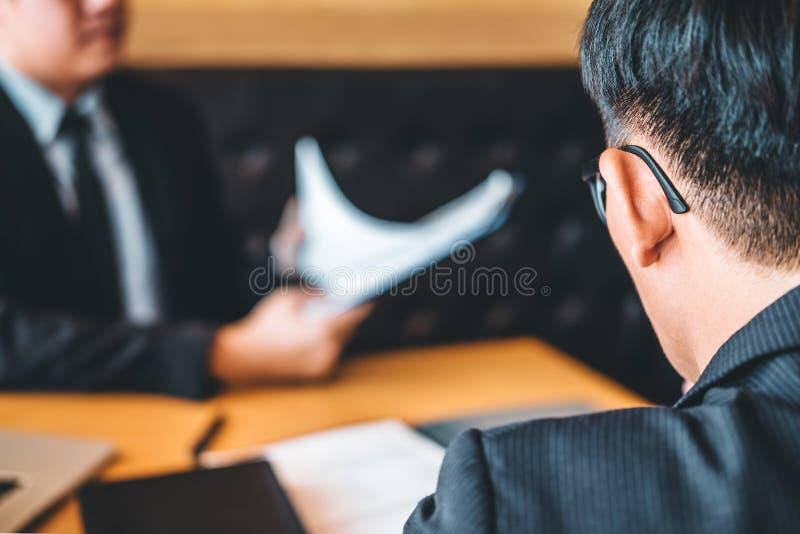 Senior Manager, der eine Zusammenfassung während eines Vorstellungsgesprächangestellten liest stockbilder
