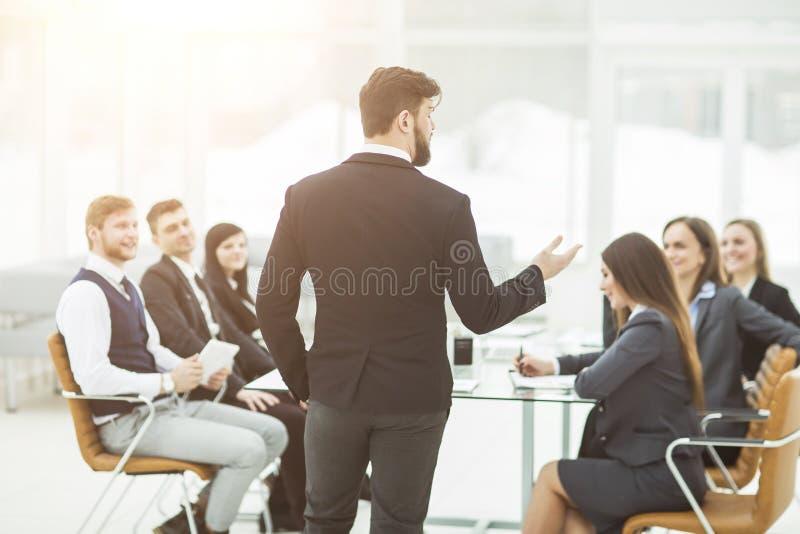 Senior Manager der Firma hält ein Arbeitstreffen mit Geschäftsteam im modernen Büro ab stockbild