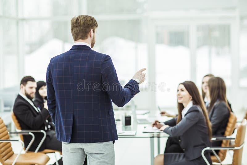 Senior Manager der Firma hält ein Arbeitstreffen mit Geschäftsteam im modernen Büro ab lizenzfreie stockfotos
