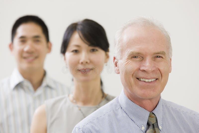 Senior Manager mit Team lizenzfreies stockbild