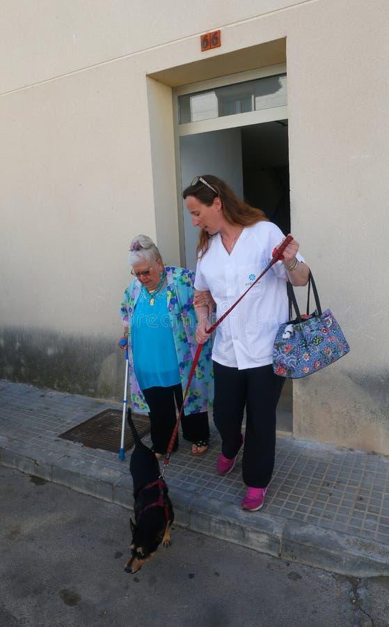 Senior mit der Krankenschwester, die ein Pflegeheim in Mallorca verlässt lizenzfreie stockfotos