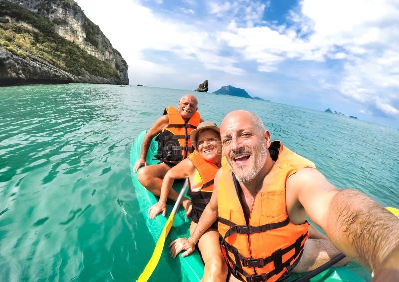 Senior moeder en vader met zoon die zelfmoord pleegde tijdens de excursie in kayak in Thailand - avontuur in Zuidoost-azië royalty-vrije stock afbeeldingen