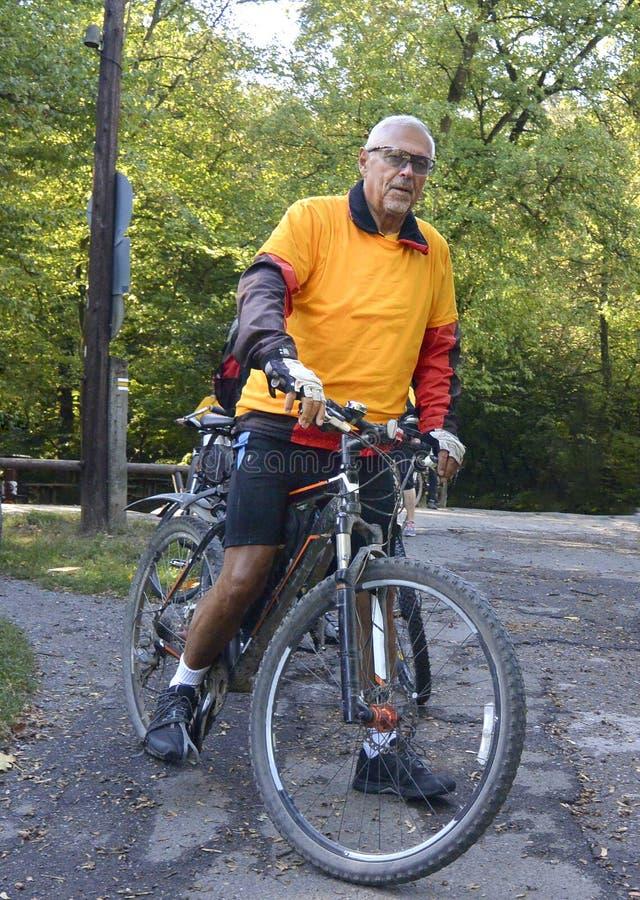 Senior na rowerze górskim obrazy royalty free