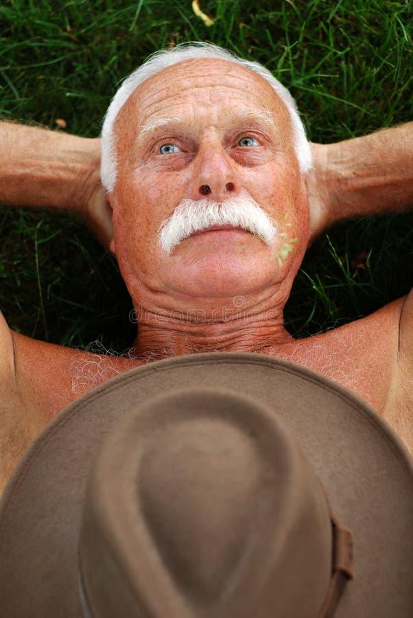 Senior na trawie zdjęcia stock