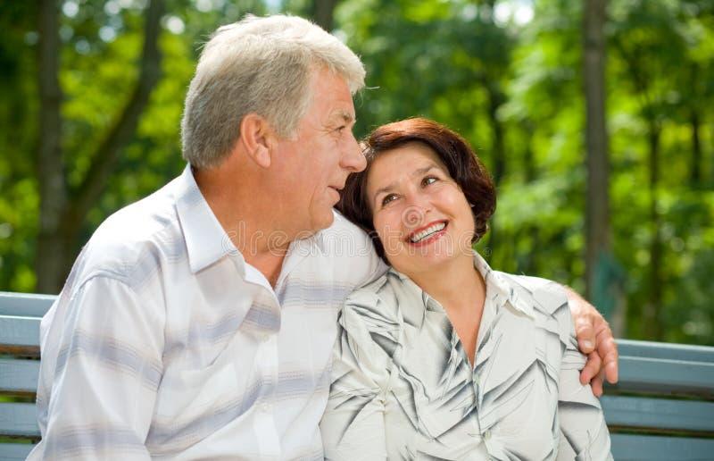 senior park szczęśliwa para obrazy stock