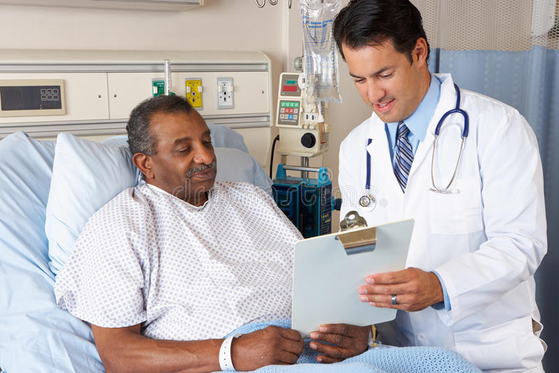 Senior-Patient Doktor-Explaining Consent Form To lizenzfreie stockbilder