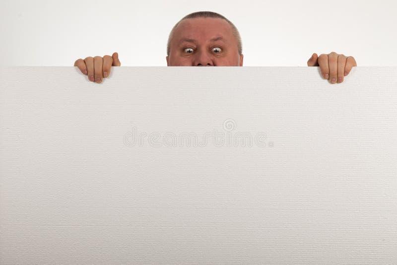 Senior podpatruje nad wierzchołkiem pusty biały papier fotografia stock