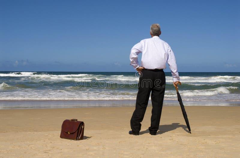 Senior przechodzić na emeryturę biznesowego mężczyzna marzy emerytura wolność na plaży zdjęcie royalty free