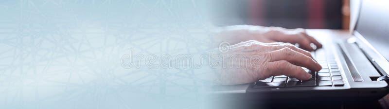 Senior r?ki pisa? na maszynie na laptop klawiaturze sztandar panoramiczny obrazy stock