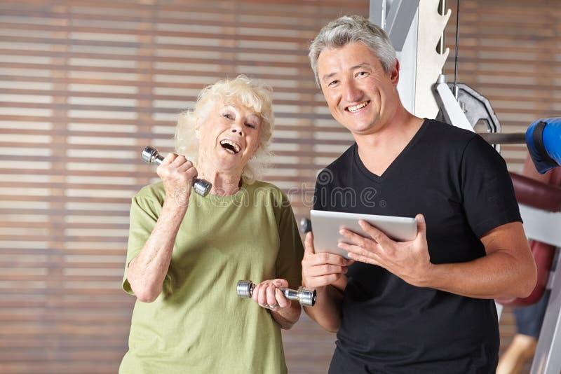 Senior robi ciężaru szkoleniu przy sprawności fizycznej centrum zdjęcia royalty free
