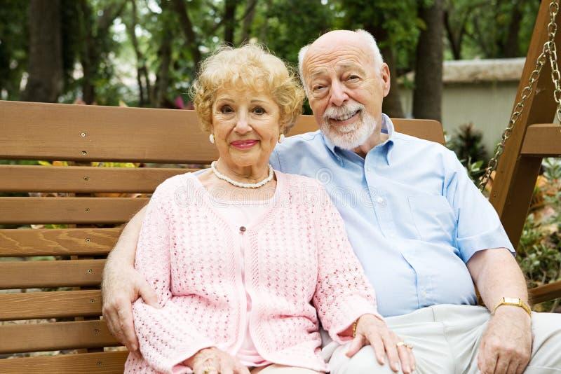 senior szczęśliwa huśtawka zdjęcia stock