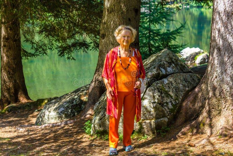 Senior trägt Frau zur Schau stockfotografie