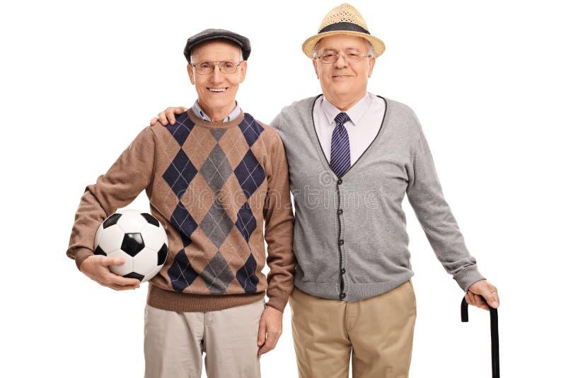 Senior trzyma futbol i pozuje przyjaciela obraz stock