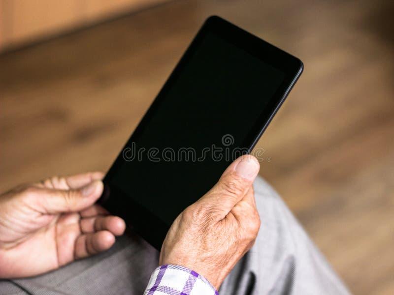Senior używa nowożytną cyfrową pastylkę zdjęcie stock