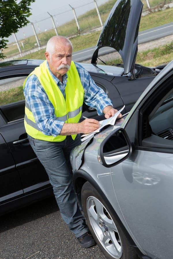 Senior ustanawia życzliwego raport po wypadku ulicznego zdjęcie royalty free