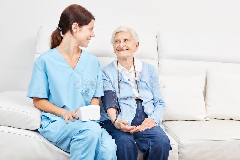 Senior w ciśnienie krwi pomiarze dla zapobiegania obraz stock