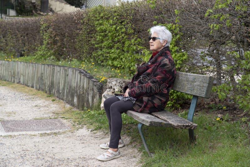 Senior w parku obraz stock