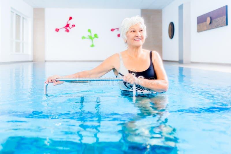 Senior w wodnej gimnastyki terapii obrazy royalty free