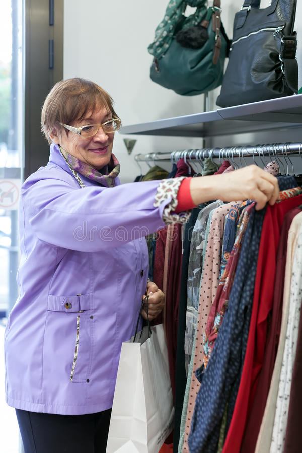 彼女はイタリアでファッションを叩く