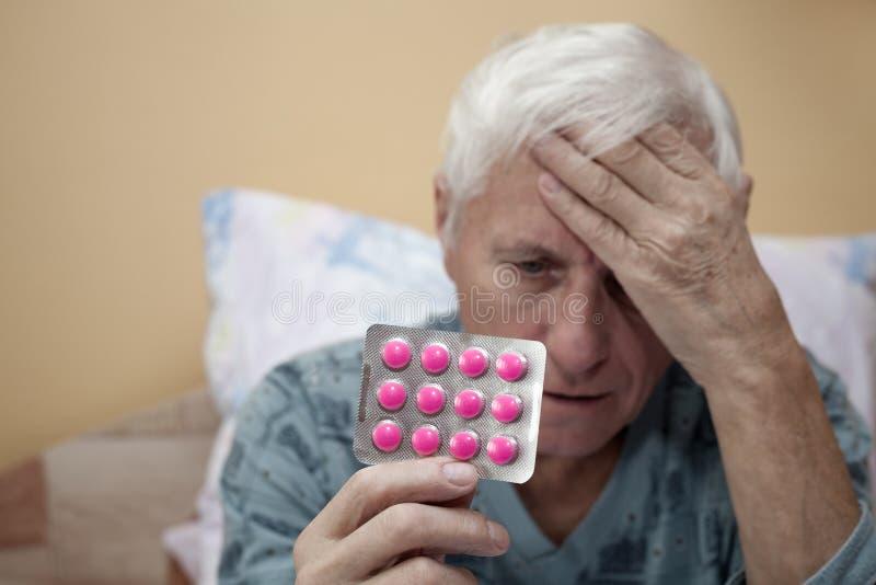Senior z środkami przeciwbólowymi zdjęcia stock
